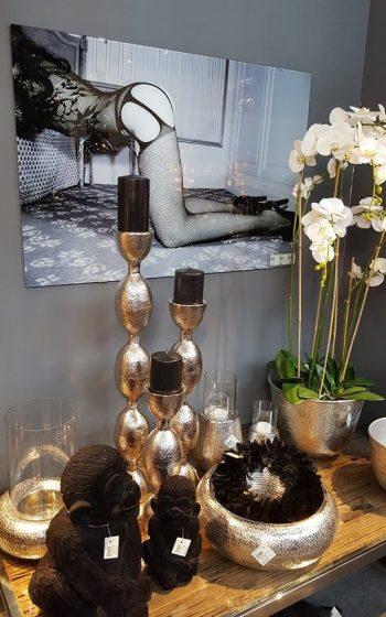 Wandbild und Kerzenständer