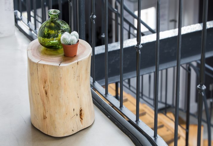 Beistelltisch aus Naturholz, Wohnaccessoire